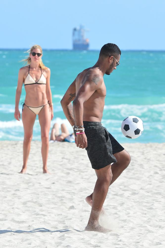 A modell és családja egyébként csupa olyan dolgot csinált a strandon, amit az ilyen helyeken szokás