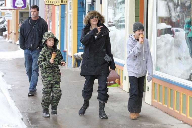 Angelina Jolie úgy tűnik, soha jobban nem is lehetne, olyan vidáman sétált gyerekeivel Coloradóban, ahol az újévet ünnepelték