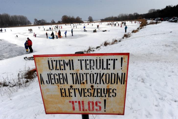 Korcsolyázók a befagyott Naplás-tó jegén 2012-ben.