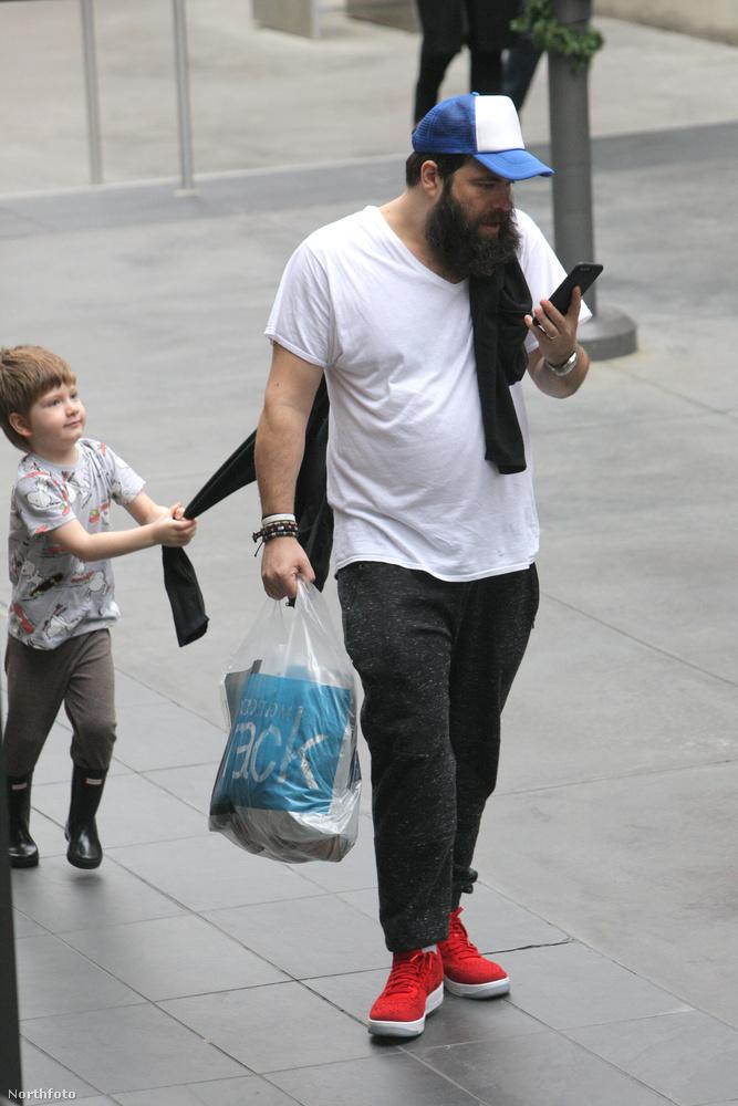 Különben mi másért hagyná figyelmen kívül, hogy gyereke leráncigálja róla a pulcsit?
