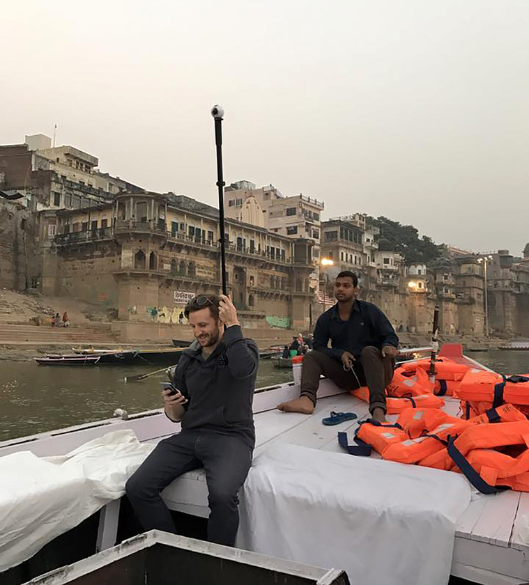 Lee Thompson munka közben egy csónakban, az indiai Gangesz folyón