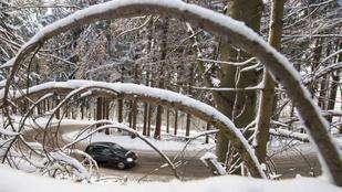 A 2-es főúton nagyon küzdenek a havazással
