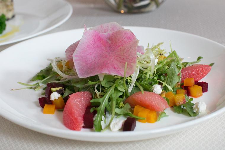 Kezdjük egy könnyű, citrusos salátával