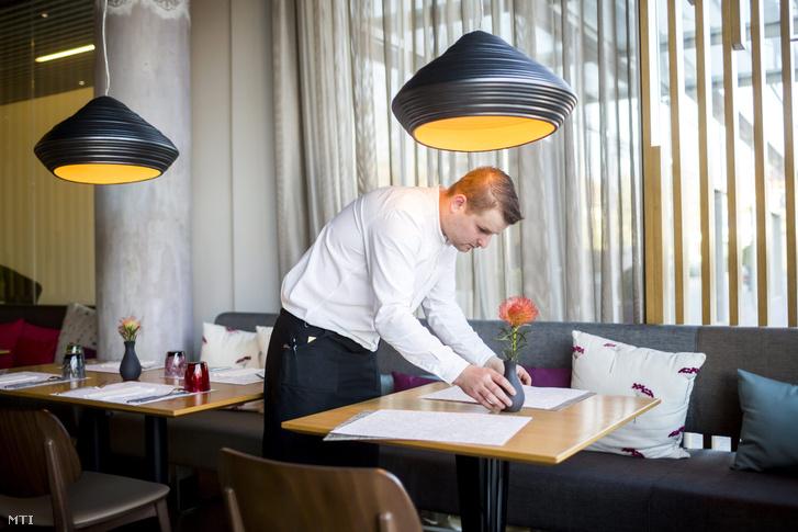 Egy pincér terít a XII. kerületi Tanti étteremben 2015. március 10-én. A vendéglátóhely Michelin-csillagot kapott az Európa nagyvárosainak éttermei közül válogató Michelin-kalauzban.