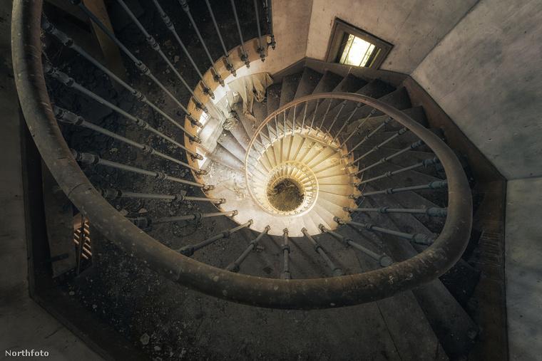 Stefan Bumann fényképész ehhez hasonló kísérteties helyeket fedezett fel és örökített meg, mint ez a csigalépcső