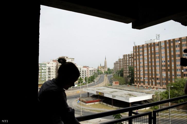 Kilakoltatásra előtt álló nő, budapesti otthonának erkélyén
