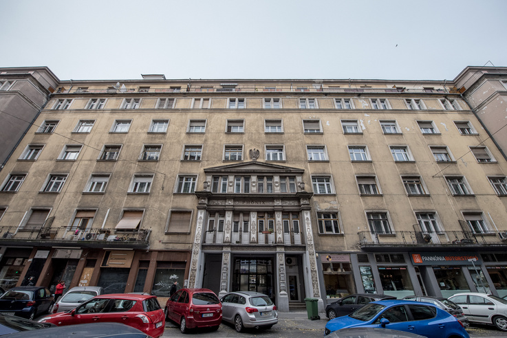 A Phönix-ház homlokzata a Pannónia utca felől