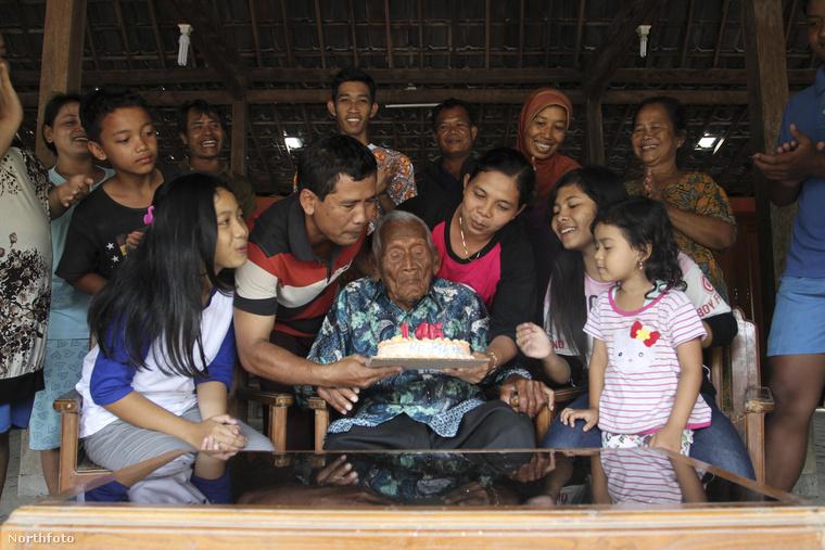 És akkor most nézzünk körül a világban is: az indonéziai Jáva szigetén élő Mbah Gotho a személyi igazolványa alapján 1870