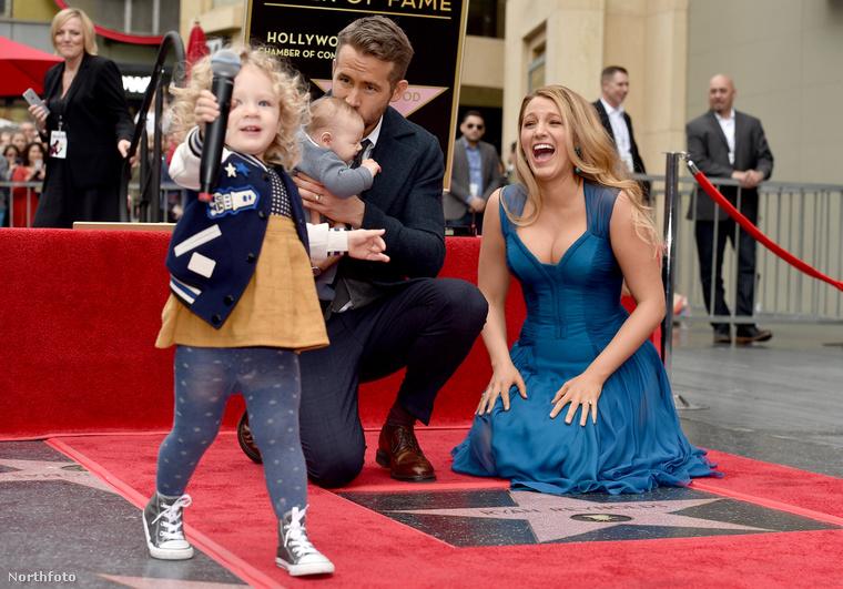 Blake Lively és boldog családja, amint Ryan Reynolds csillagot kap a Hollywoodi hírességek sétányán, majd a gyerekük ellopja a show-t és a mikrofont.