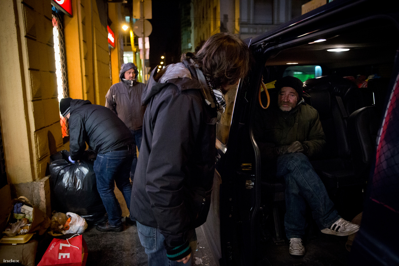 A busz fedélzetén a sofőr és a szociális munkások mellett önkéntesek is elférnek, akiket az alapítványhoz egész évben várnak. Mivel a hatékonyság mindennél fontosabb, ezért nincs idejük győzködni az ellenálló hajléktalanokat, de ők is szoronganak utólag, vajon tehettek-e volna még valamit, hogy segítsenek.