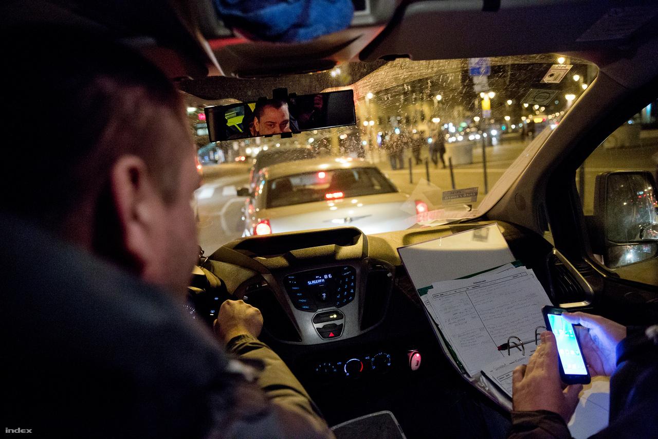 A Krízisautó egy teajáratból nőtte ki magát. A fő különbség az utcai szolgálathoz képest, hogy a gyorsaság mindennél fontosabb. Mikor a diszpécserektől megkapják a címlistát, egyik helyről rohannak a másikra. Egy mentőautóhoz hasonlóan a Krízisautóban is van hierarchia, mindenkinek leosztott feladata van. A tágas minibuszban nagyobb a hely, több szociális munkás elfér, és akár kerekesszékes hajléktalanokat is fel tudnak venni. Nincs náluk étel, de van kötszer, így hátul van lehetőség sebet ellátni.