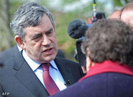 """Gordon Brown Gillian Duffyval beszél, akit később """"bigottnak"""" nevezett."""