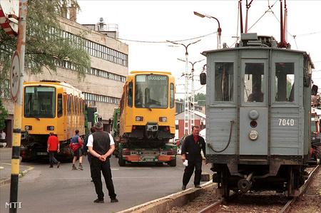 Budapest, 2001. június 14. Megérkezett a BKV Rt. Fehér úti telephelyére a 66 hannoveri villamos két próbaszerelvénye