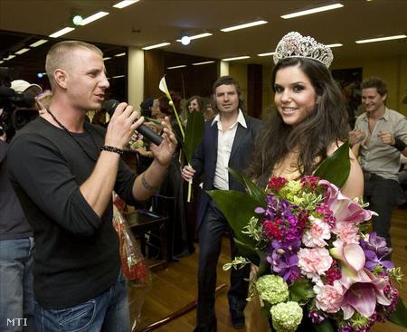 A Miss Police szépségverseny győztesének, Ruzsás Bettinának énekli a verseny dalát