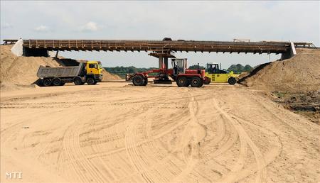 Munkagépek elzárják az M43-as autópálya munkaterületét Szeged határában