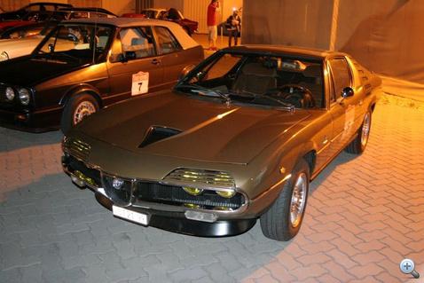 Na most képzeljék el ezt az olasz V8-at fordulaton húzni a hegyen