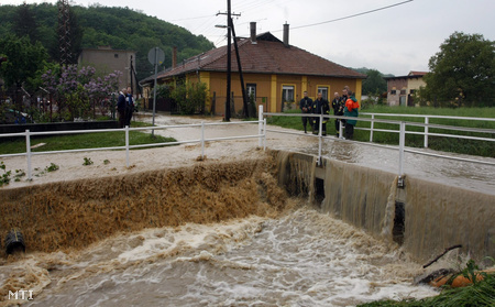 A megáradt Szinva patak Miskolcon