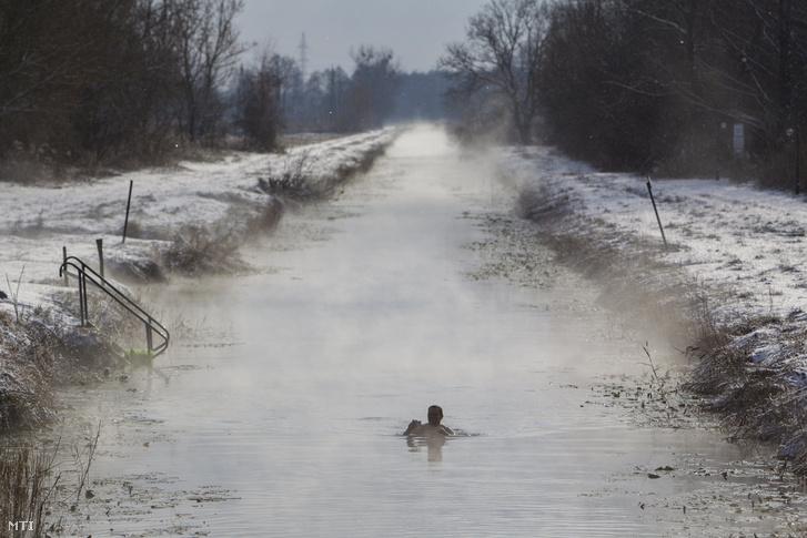 Egy férfi fürdik a Hévízi-csatornában 2017. január 8-án. A 13 kilométer hosszú csatorna a Hévízi-tavat köti össze a Zala folyóval. Téli időszakban a víz a tó közelében 18-20 Celsius-fokos.