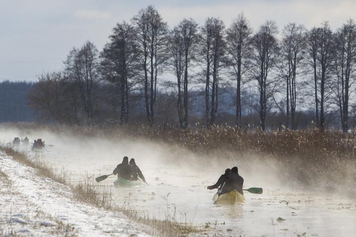 Kenusok a Hévízi-csatornán 2017. január 8-án. A 13 kilométer hosszú csatorna a Hévízi-tavat köti össze a Zala folyóval. Téli időszakban a víz a tó közelében 18-20 Celsius-fokos.