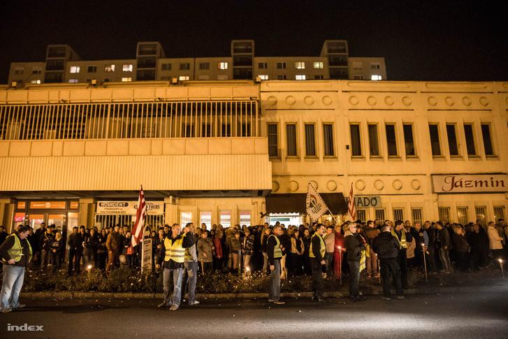 A Jobbik ózdi irodája előtt álló ünneplő tömeg Janiczak Dávid megválasztásának estéjén. Ózd, 2014.11.09.