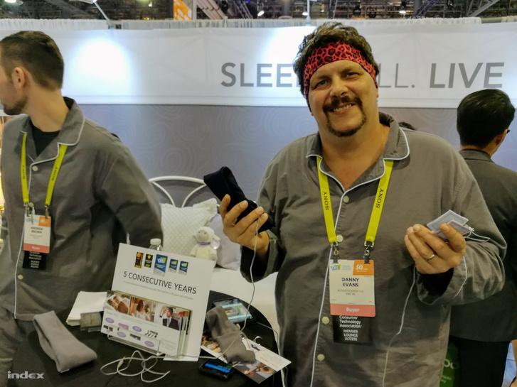 A SleepPhones fejpántja és fülhallgatóitappancsai.