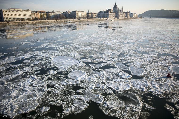 Akkor nézzük milyen volt a jégzajlás a fővárosban a Margit-híd közelében január 8-án