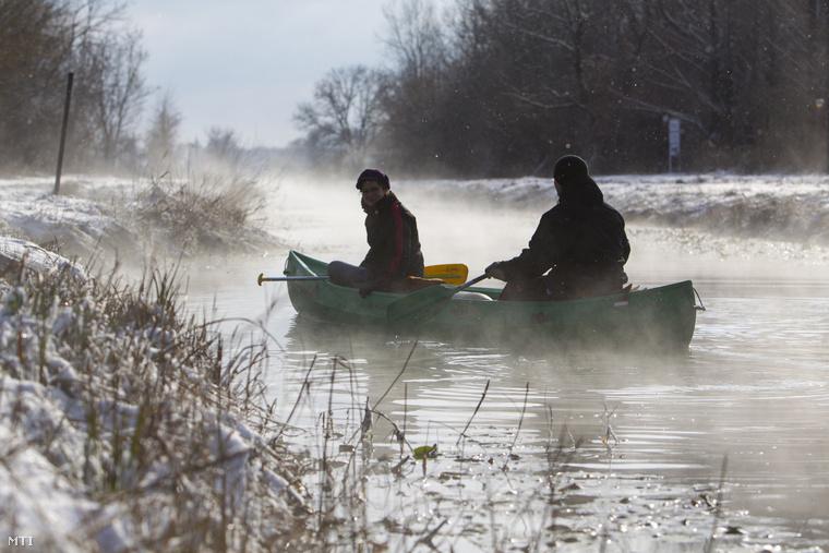 Azért ne mindenhol van jég, ez például a 13 kilométer hosszú Hévízi-csatorna, ami a Hévízi-tavat köti össze a Zala folyóval