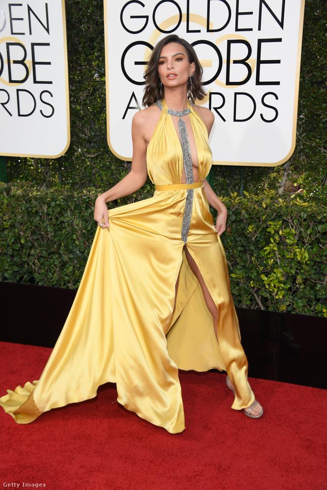 Természetesen Emily Ratajkowski is jelen volt, akármilyen nehéz is lehetett ebben a ruhában rendesen közlekedni.