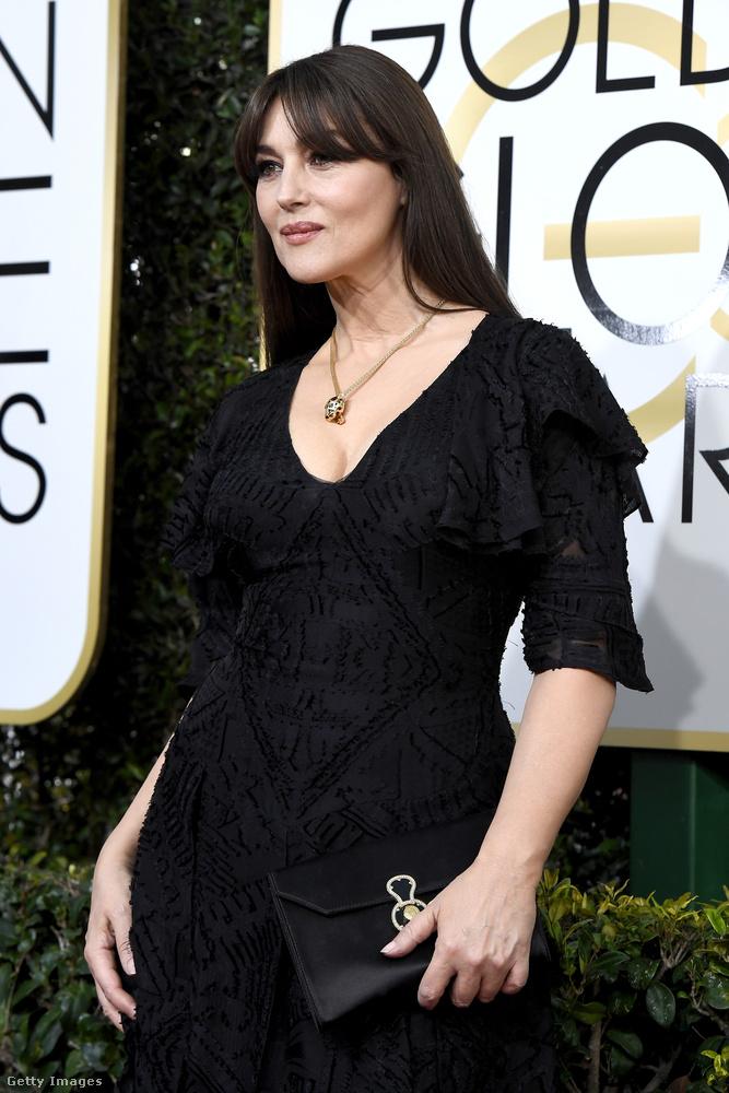 Monica Belucci csodálatos, elbűvölő, káprázatos, gyönyörű, stb., de a nyakánál már megkezdődött valami...
