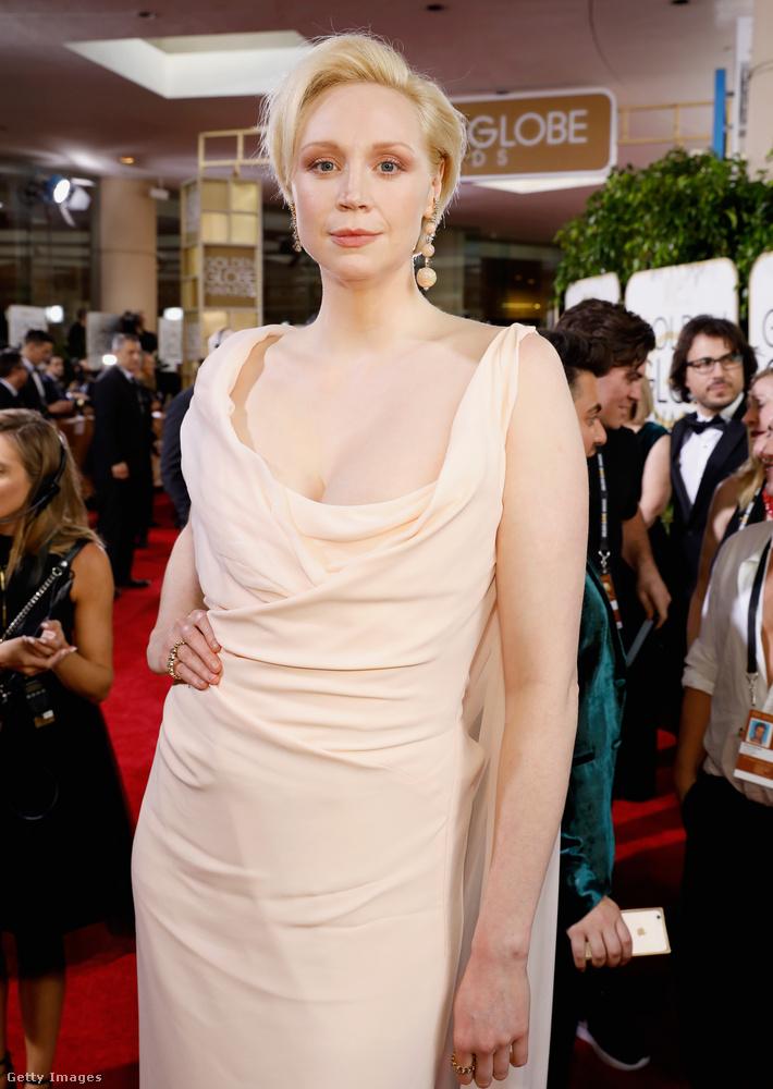 A Trónok harca egyik színésznőjéről, Sophie Turnerről már megemlékeztünk egy másik cikkben, de nem mehetünk el csak úgy Gwandoline Christie mellett sem, aki az említett sorozatban úgy szerepel, mint Tarth-i Brienne.