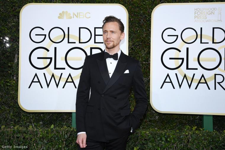 A fess Tom Hiddleston ilyen peckesen pózolt az érkezéskor.