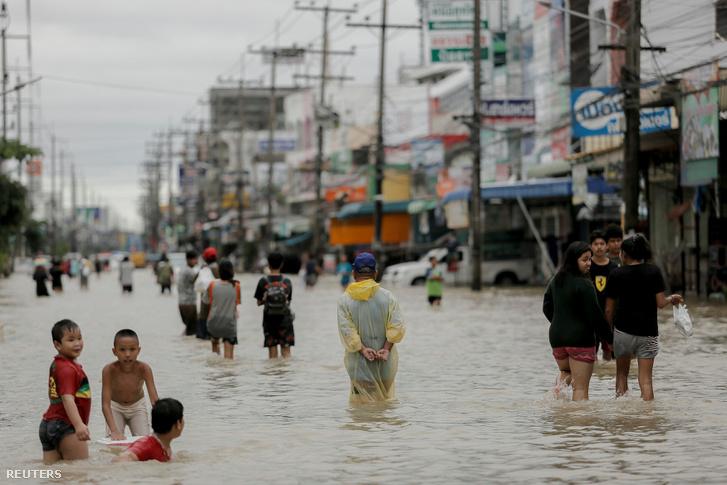 Vízzel elárasztot utca Thaiföld dél-keleti Nakhon Si Thammarat tartományában.