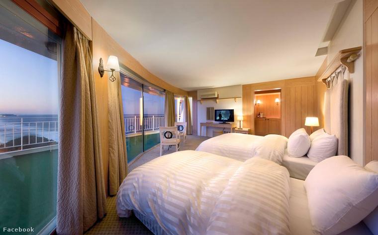 """A 321 szobás, saját """"fürdővárossal"""" rendelkező szálloda óriási üvegfelületeinek hála napközben semmiféle mesterséges megvilágításra nincs szükség"""