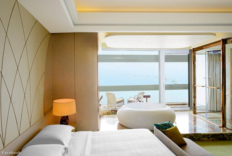 A Sun Cruise Resort által nyújtott hajós élményhez a tengerre néző kilátás mellett jelentősen hozzájárul, hogy a hangszórókból hullámok hangja szól és medencéit sós vízzel töltötték meg.