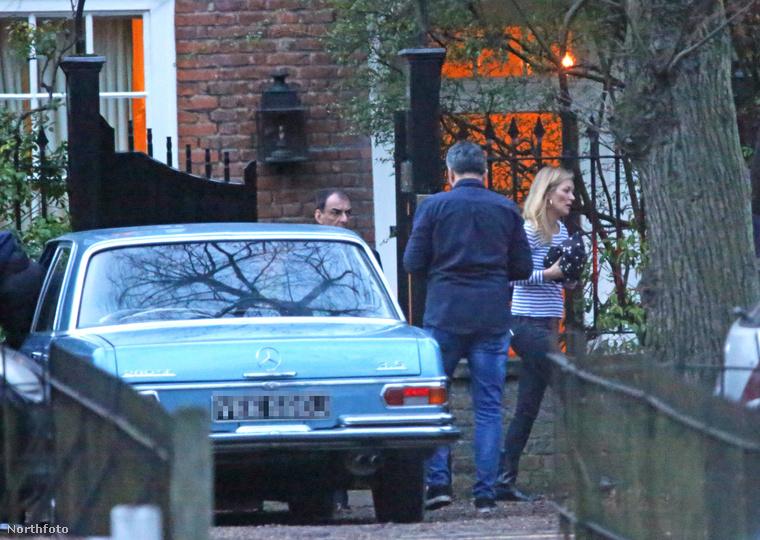 hanem most leginkább azért, mert a 42 éves ex-topmodell ezt a kék Mercedes-t tette a 28 éves fiújának a karácsonyfa alá.
