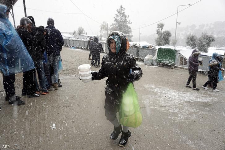 Meleg ételért állnak sorban a görög Moria Menekülttáborban