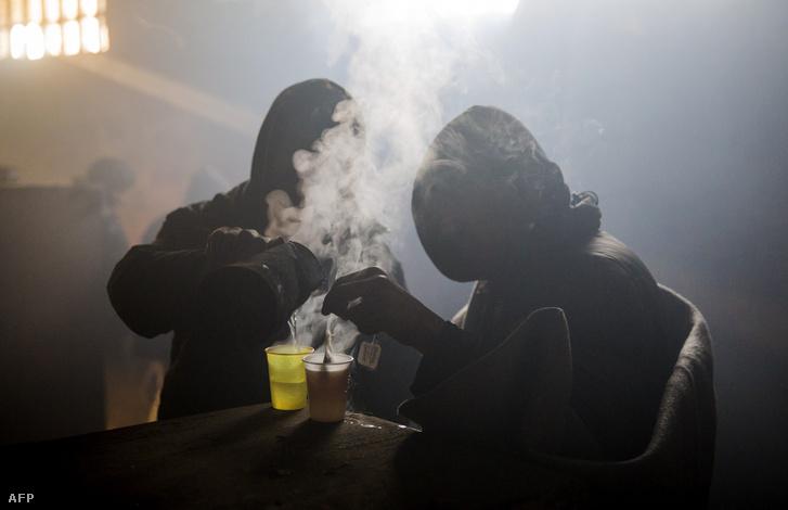 Menekültek teát főznek Belgrádban egy elhagyatott házban. A kinti hőmérséklet -15 fok, de bent sincs sokkal melegebb
