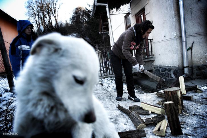 Fát aprít egy nő Karancslapujtőn az év leghidegebb napján