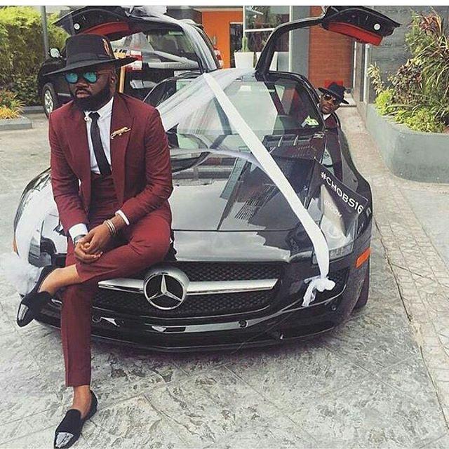 Ez a srác sem örül az új Mercedesnek.