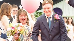 Fesztiválhangulatú esküvőn kelt egybe egy Down-szindrómás pár