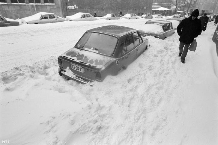 Budapest, 1987. január 12. 30-50 cm-es hó fedi a főváros egyik főútját, szélén egy Skoda személygépkocsi parkol félig behavazva.