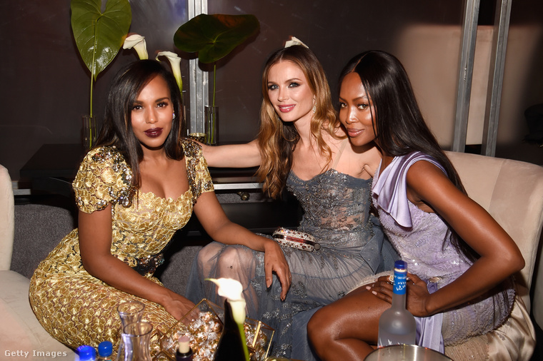 Míg Kerry Washington (balra, színésznő), Naomi Campbell (modell) és Georgina Chapman (középen, a Marchesa egyik alapítója, színésznő, Harvey Weinstein producer neje) visszafogottan cseverésztek,