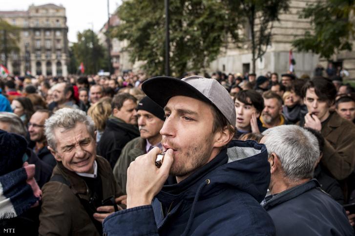 Tüntetők az 1956-os forradalom és szabadságharc 60. évfordulója alkalmából tartott díszünnepség ideje alatt a Kossuth Lajos téren 2016. október 23-án.