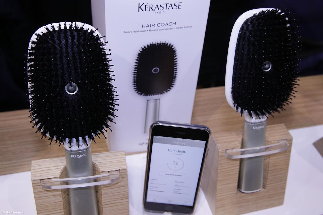 """A hajápolás új szintje: a 2017-es Consumer Electronics Show-n """"Innovation Awards"""" díjjal tüntették ki a Kérastase Hair Coach nevű okoshajkeféjét. A kétszáz dolláros készülék fejrészének közepén egy beépített mikrofon bújik meg, ami a fésülködés közben, a hajszálak által keltett hanghullámokat veszi. A nyélbe épített giroszkóp és gyorsulásmérő pedig a fésülködés technikáját hivatott elemezni, a kapott adatokat pedig okostelefonos app dolgozza fel."""