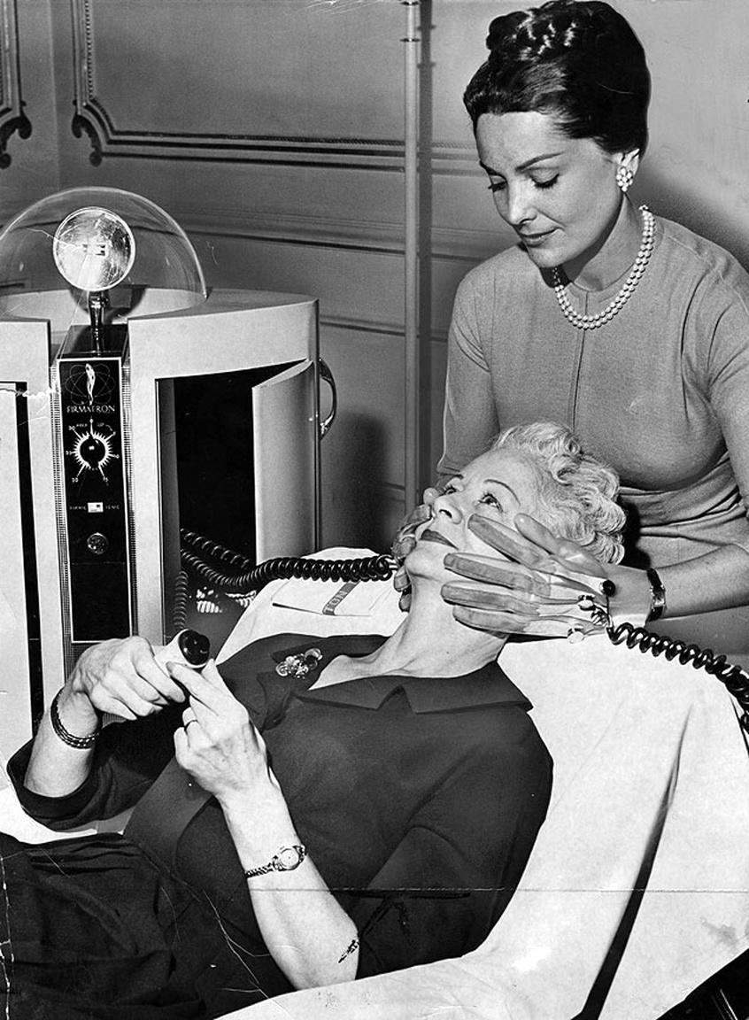 """1960: a """"Firmatron"""" kozmetikai gép egy speciális kesztyű segítségével, elektronikus impulzusokkal  stimulálta az arc idegeit."""
