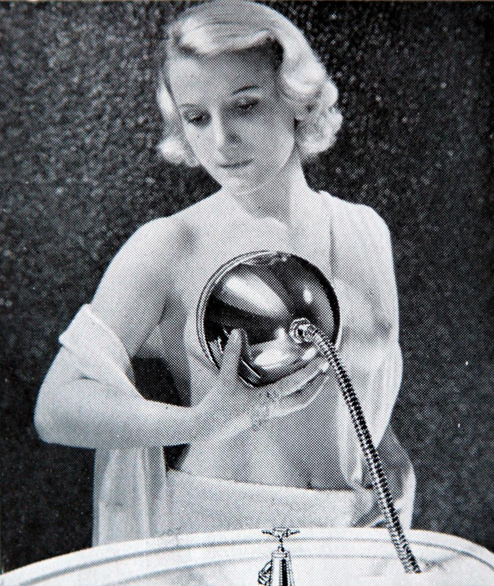 1935: a Le Massosein nevű francia találmány vízsugaras mellmasszázsban részesítette otthonukban a csecsemőjüket szoptató anyákat.
