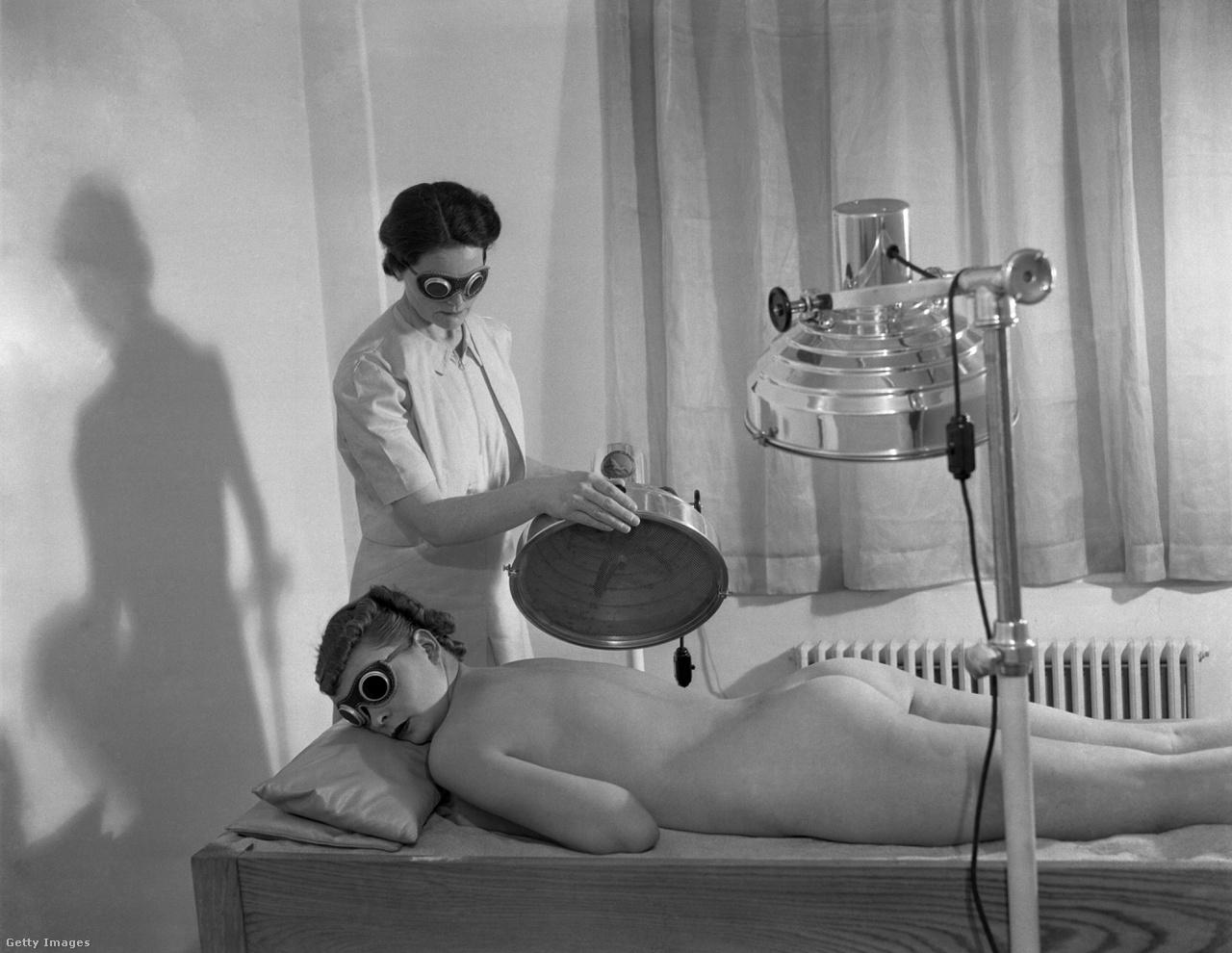 1930-as évek, New York, egész testes ultraibolya sugárzásos kezelés homokágyon.