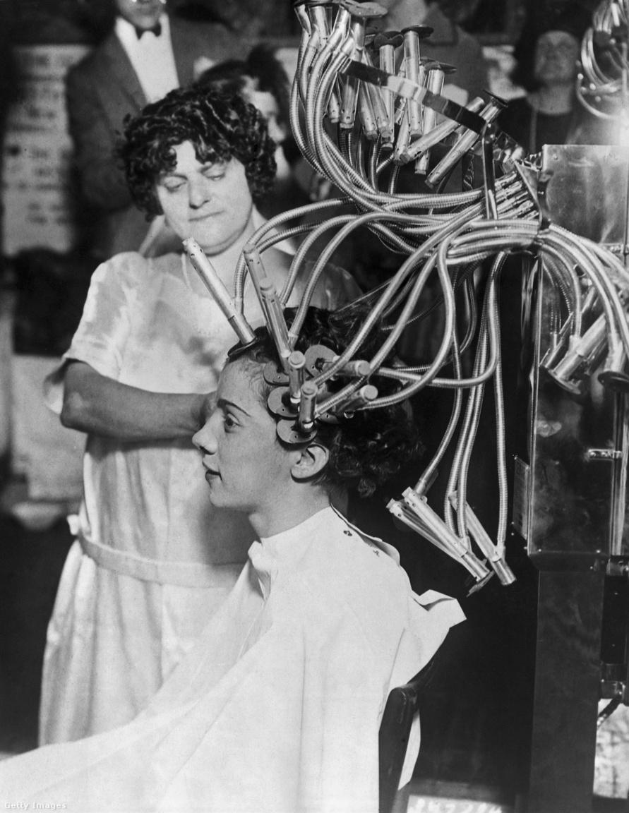 Újabb fantasztikus rádióhullámos találmány a huszadik század első feléből: a Drótnélküli Hullámok fantázianevű fodrászati készülék éteri hullámok segítségével varázsolt hajhullámokat a nők frizurájába. Állítólag.