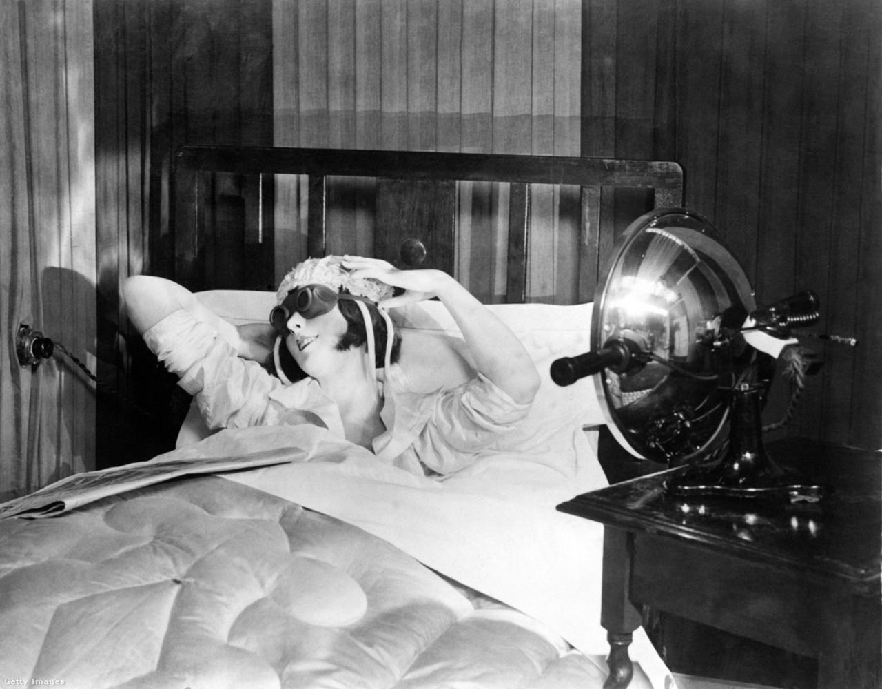 Otthoni barnítólámpa az 1920-as évekből. A napsugárzással vetekedő erősségű fény ellen védőszemüveg viselése volt javallt.