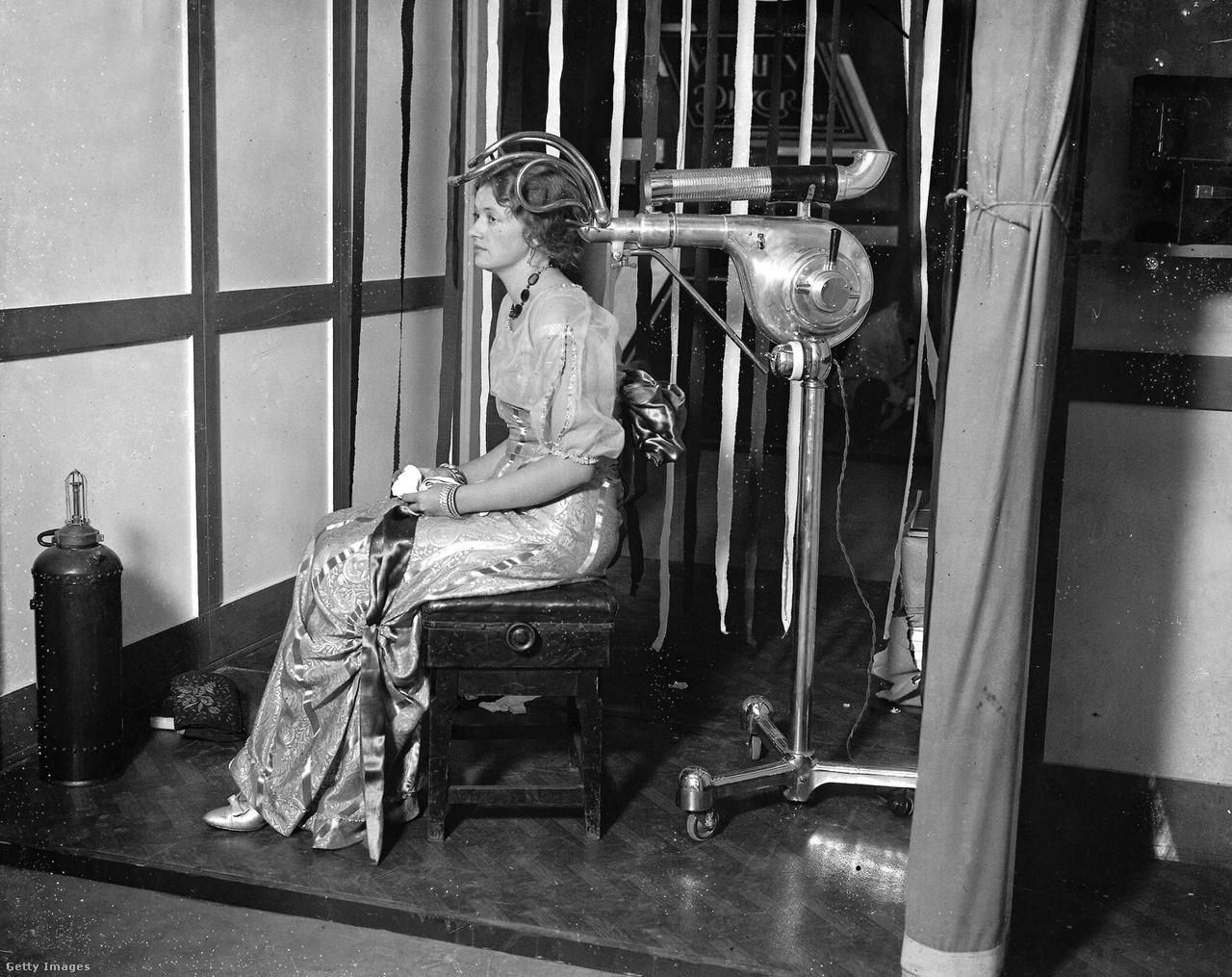 Külön cikket lehetne szentelni a harmincas évek hajszárítóinak. Az 1930-as londoni divatvásáron mutatták be a képen látható elektromos készüléket, ami szintén hajlított csövekkel vette körül a nők fejét.